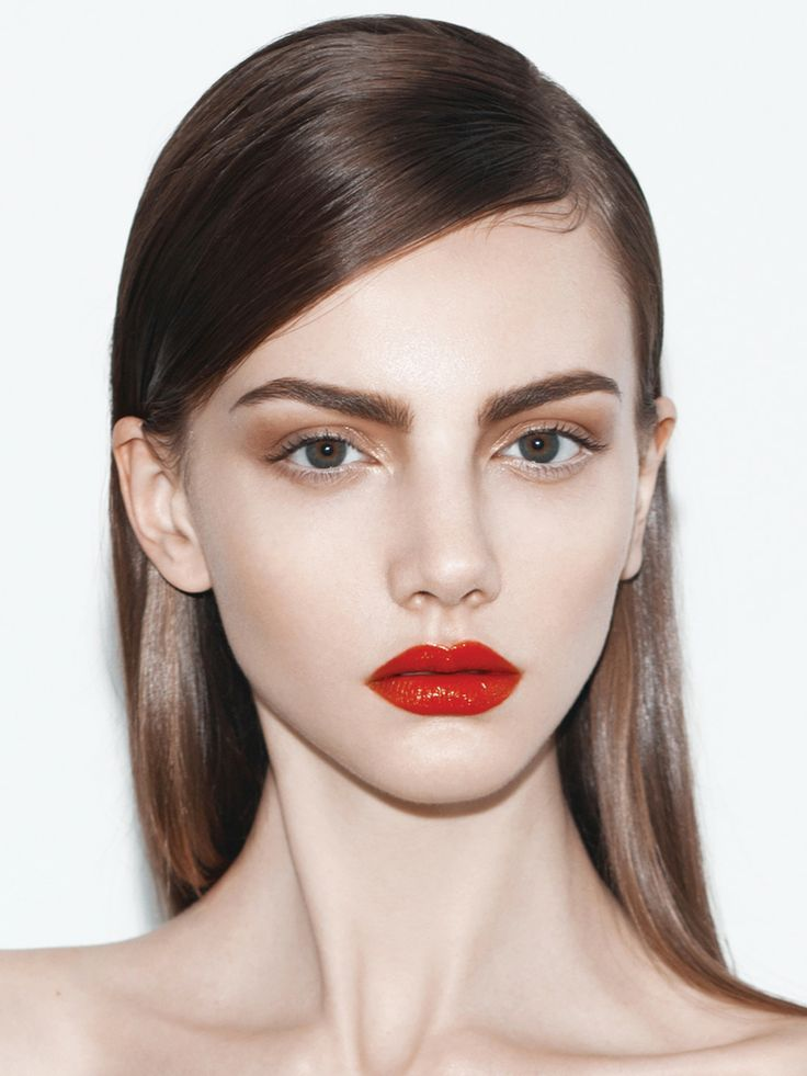Stunning deep side part with a golden smokey eye and bold red lips