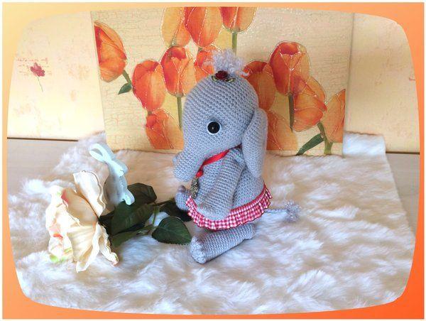 """Elefanten-Dame """"Ella"""" Auch ein Schwergewicht, wie ein Elefant, kann niedlich aussehen ;) Eine Materialliste befindet sich in der Anleitung. Der Elefant kann mit jedem Garn gehäkelt werden. Auf den Fotos kann man gut sehen, wie unterschiedlich man ein Am"""