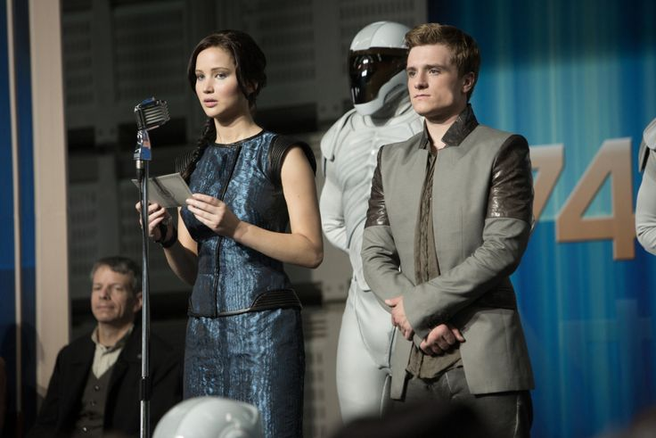 Vestuario de Los juegos del hambre: Katniss diseño de Summerville en tafeta y cuero, La chaqueta de Peter Mellark es de la firma Unconditional.