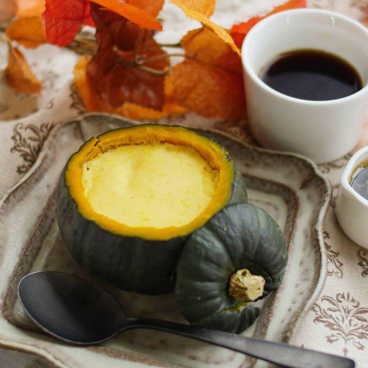 坊ちゃんかぼちゃで作る「まるごとかぼちゃプリン」のレシピと作り方を動画でご紹介します。かぼちゃを混ぜ込んだプリンはとっても濃厚でなめらか!器にした皮ごと食べられるので、みんなが集まるハロウィンパーティーでも注目されること間違いなしです♪