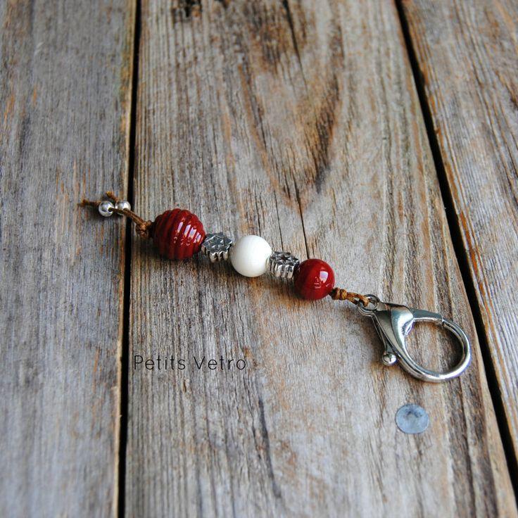 Portachiavi con moschettone e perle in vetro di murano rosso e bianco di LampworkAndMore su Etsy    #petitsvetro #lampwork #handmade #lampworkbeads