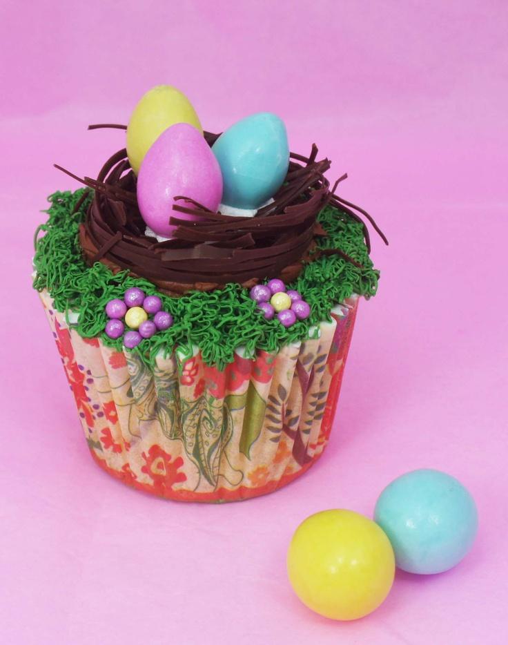 Sabemos que te encanta decorar hermosos #postres para regalar en esta primavera a tus seres queridos así que hicimos esta bonita #idea para un #cupcake hecho con #Aceite ARIS® 100x1 para preparar cupcakes y decorados con CONFITILLOS® #fantasía y marqueta de #chocolate ARIS®. #bakery #dessert #egg #huevo