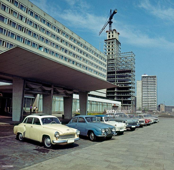 Das noch im Erweiterungsbau befindliche Hotel Stadt Halle, 1966 eroeffnet, ein Interhotel-Typenbau der DDR in der Chemiestadt Halle, am Thaelmannplatz, dem damals groessten Kreisverkehr der DDR,seit 1992 Maritim Hotel Halle