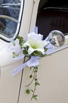Tout est dans le détail et cette fois-ci le détail c'est cette jolie petite fleur sur le rétroviseur (ça rime) #mariage #voiture