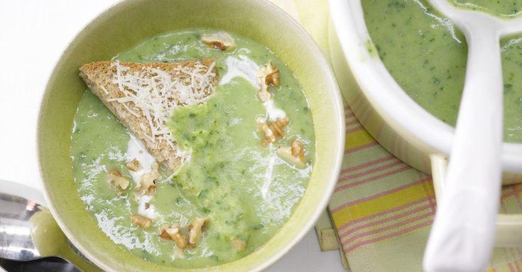 Kohlrabisuppe mit Käsetoast: Gehacktes Kohlrabigrün bringt superviel Geschmack und jede Menge Vitamine in die cremige Suppe.