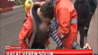 Ambulans aradılar ama yoktu neyse ki itfaiyeciler ve polis zamanında gelmişti kahramanlar karanlığın içinden 3 yaşındaki emirhan ve annesini baygın bir halde kurtarmayı başardı küçük emirhan bütün aksiliklere rağmen yeniden nefes almaya işte böyle başladı.olay Zonguldak'ta gerçekleşti