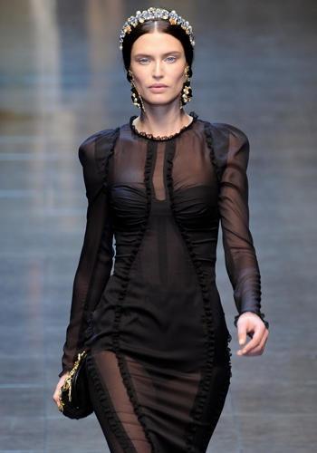 Sopra il bustino shaping con la culotte metti una camicia e una sottogonna, entrambe di chiffon nero.    Dolce, sfilata autunno-inverno 2012/13