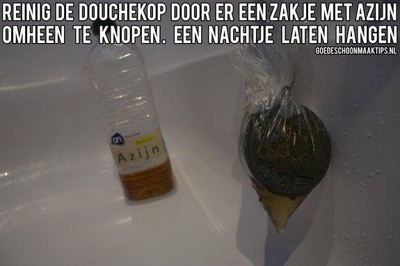 Reinig de douchekop door er een zakje met azijn omheen te knopen en laat een nachtje hangen. Meer goede tips vind je op www.goedeschoonmaaktips.nl