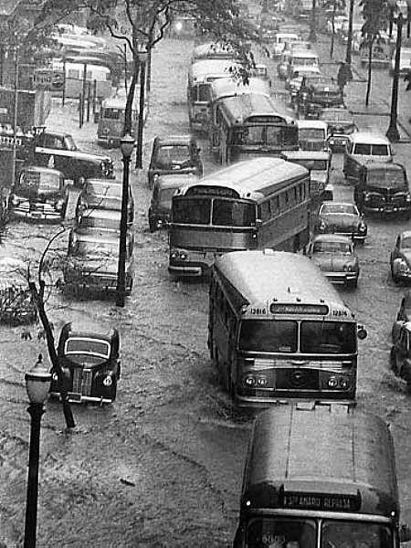SÃO PAULO: AV. NOVE DE JULHO, 1963 Esta foto, do acervo do jornal O Estado de São Paulo, mostra a Av. Nove de Julho em 1963, num período de chuvas intensas. Ninguém imaginava que a mesma capital paulista iria viver um sério período de seca nos reservatórios de água, complicando a vida de seus moradores.