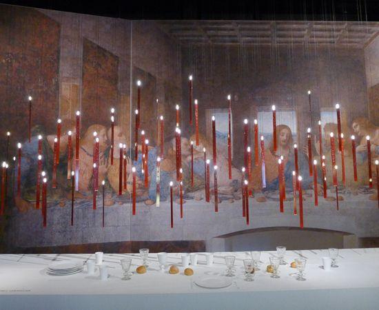 Όταν η ζωγραφική του Leonardo Da Vinci συνάντησε την ποίηση των φωτιστικών του Ingo Maurer.   Il Cenacolo installation at Spazio Krizia, Milano 2013 – Flying Flames by Ingo Maurer