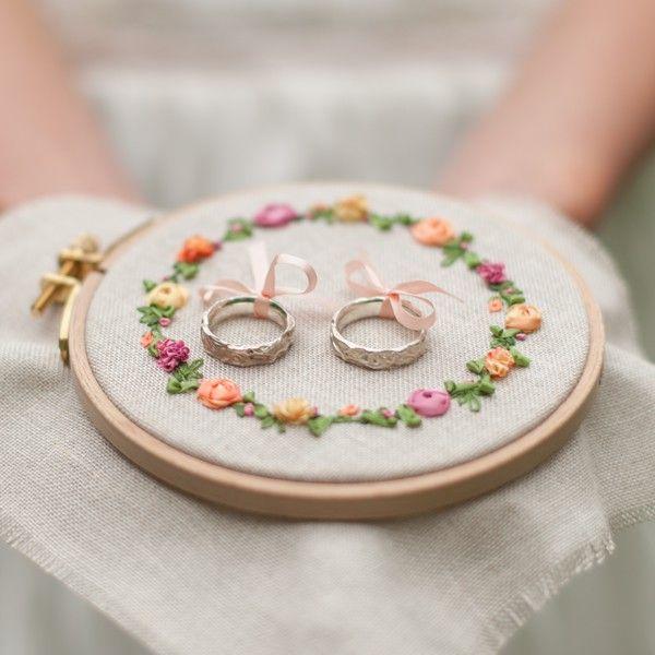 Ringkissen | Ringkissen mit Blumen und Blüten mit Seidenbändchen gestickt