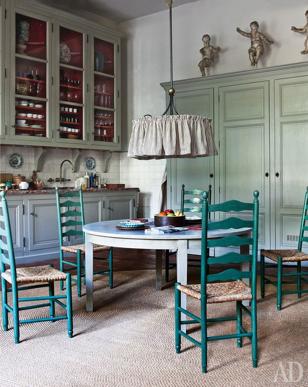 The main feature of this cuisine - subtle color. The interior in muted gray-green tones as if descended from some old paintings. What, in fact, required the owner: buying a house of the XVIII century, he tried to keep the spirit of the time here