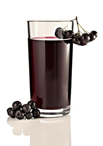 Sirup z arónií, cukru, vody a kyseliny citrónové. 2 l bobulí arónie 2-3 l vody 80 g kyseliny citrónové krystalový cukr 1. Do skleněné nebo porcelánové nádoby dáme 2 l bobulí arónie, přidáme kyselinu citrónovou a zalijeme asi 2-3 l vody 2. Necháme 2 dny v chladu stát 3. Přecedíme, plody jen lehce vymačkáme, šťávu přidáme do vyluhované vody 4. Na každý litr získané šťávy přidáme kilogram krystalového cukru a zastudena mícháme až se cukr rozpustí 5. Sirup stočíme do lahví a uložíme v chl