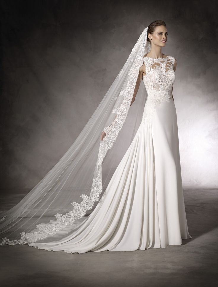 Rochie de mireasa din crep si tul cu aplicatii de dantela guipur. Spate decupat, inchidere cu fermoar. Stil romantic.