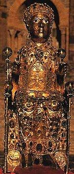 Le trésor      Statue-reliquaire de Sainte-Foy xesiècle). Trésor de l'abbatiale Sainte-Foy de Conques  Exposée dans l'ancien réfectoire des moines, la section d'orfèvrerie religieuse est la plus complète collection d'orfèvrerie religieuse française, s'étalant du ixe au xviesiècle, avec en particulier des reliquaires dus à des artistes locaux et datant du xiesiècle.  La pièce maîtresse du Trésor est la statue reliquaire de Sainte Foy, celle qui est à l'origine de la prospérité de l'abbaye…
