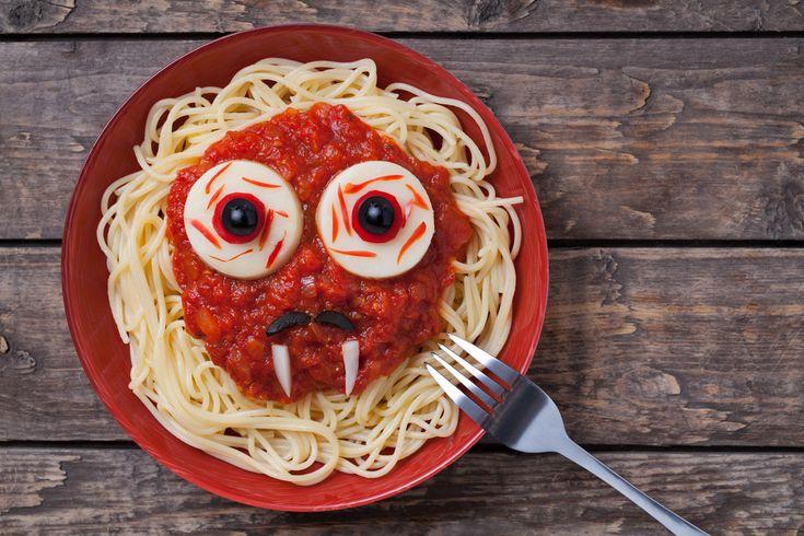 Siguiendo con nuestras recetas de Halloween, hoy tenemos una que seguro os va a encantar. Es muy fácil de preparar, se trata de un plato de espaguetis de l