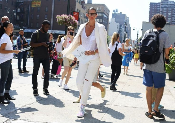 The Street Style Olympics: Vote for the Best Denim Look from Fashion Week – Vogue, pantalones rotos, blancos