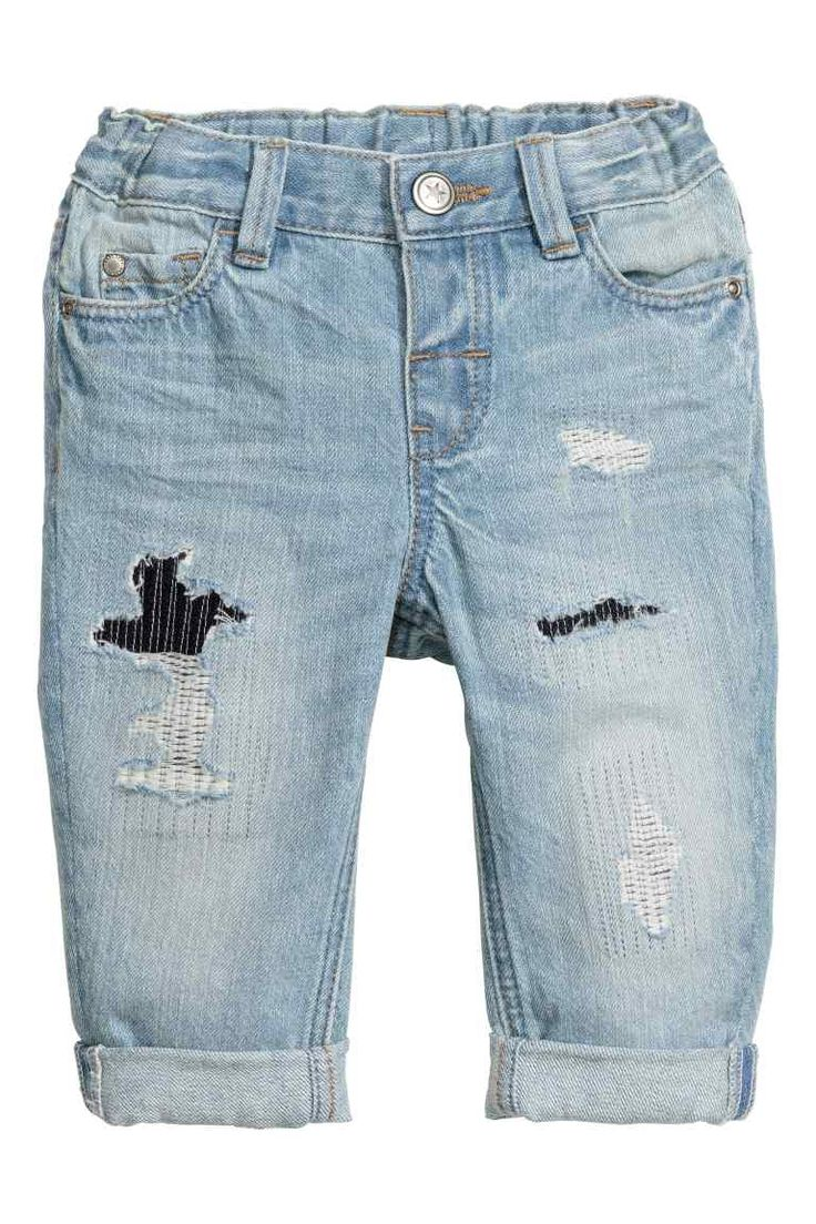 Jeans consumati: Jeans a 5 tasche in denim lavato con dettagli molto consumati e rattoppati. Elastico regolabile in vita, patta con bottone automatico.