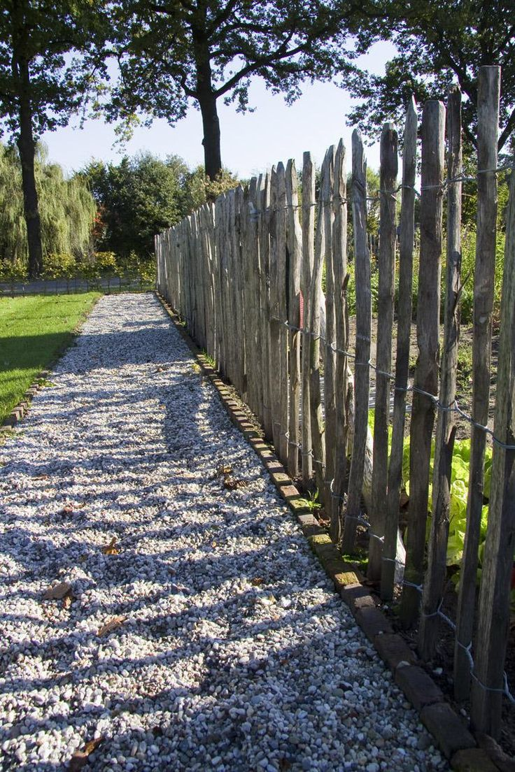 Kastanjehouten hekwerk 3 draads, vergrijsd kastanje hout, Gadero. Ga voor de landelijke look in je tuin! Kastanjehout is milieuvriendelijk en heeft een rustiek uiterlijk.