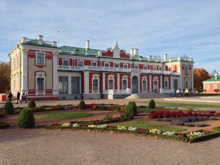Tsaari Pietari Suuren v. 1718 rakennuttama upea barokkipalatsi. 1700-luvun tyyliin entisöity puisto. Viron taidemuseon ulkomaisen taiteen laajat kokoelmat. #Kadriorg