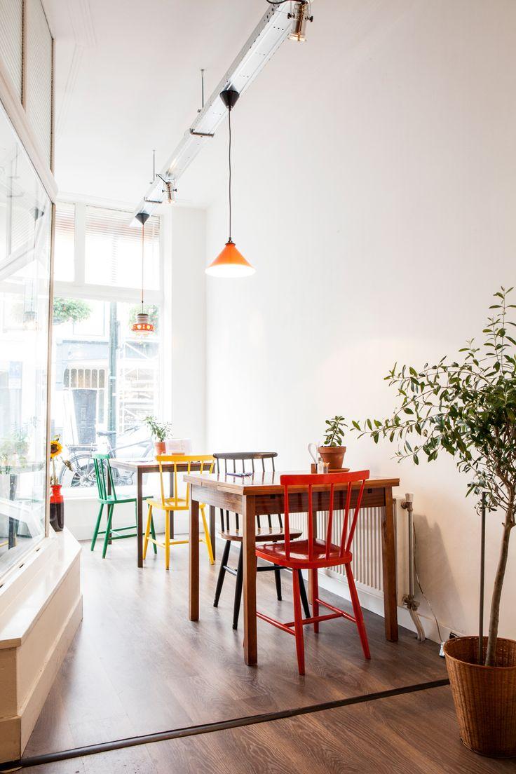 Trendikkäällä Zeeheldenkwartierin alueella Hollannin Haagissa, lukuisten eklektisten sisustusliikkeiden ja tyylikkäiden kahviloiden joukoss...