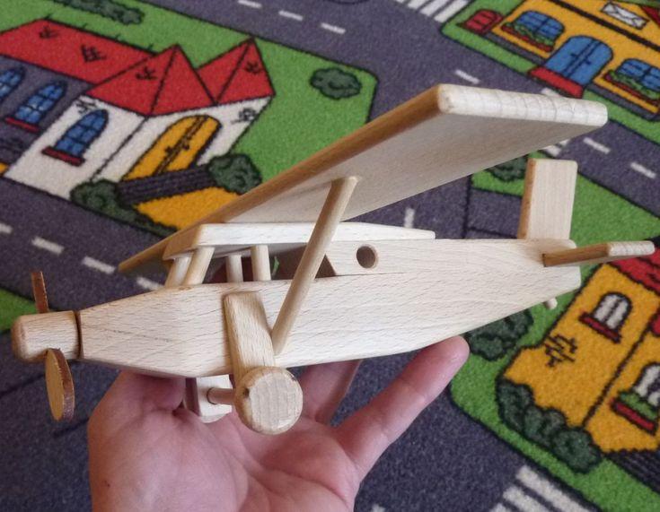 Hračka letadla hornoplošník Pilatus vyrobený v CZ ze dřeva. Vrtulka a kola se točí. Jedná se o masivní hračku. eshop www.soly.cz