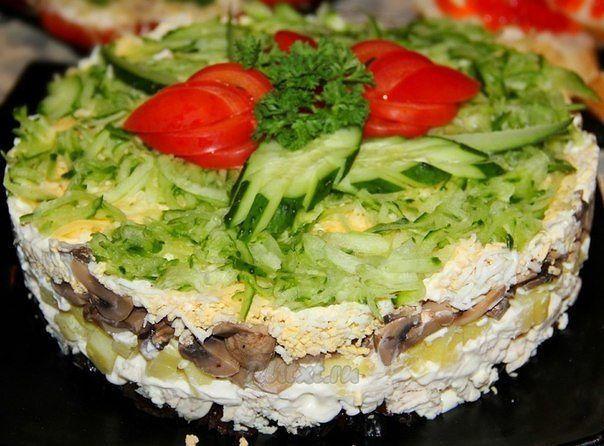 Слоёный салат с курицей и грибами Венеция
