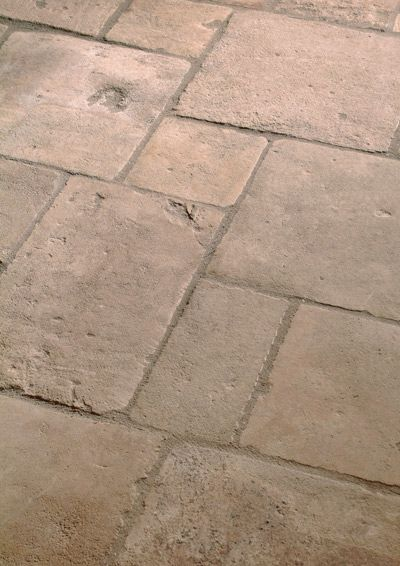 't Achterhuis in Udenhout, Noord-Brabant 't Achterhuis heeft een grote voorraad natuursteen. Belgisch hardsteen, Arduin, nieuw in diverse afmetingen, van strak gezaagd tot grof verouderd. Gezoet of geschuurd, verschillende behandelingen om het Arduin een steeds andere unieke uitstraling te geven voor uw interieur. Wit antiek Carrara marmer gecombineerd met een nieuwe hardsteen Noir de Provence. Antiek Belgisch hardsteen, Basicle of oude kerkdalle, volop keuze uit diverse soms éénmalige…