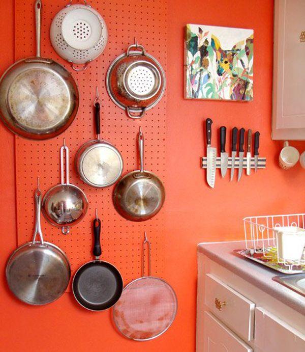 Com uma placa de Eucatex e ganchos para pendurar é possível organizar de tudo numa parede: utensílios na cozinha, ferramentas, quarto de costura, escritório, mil e uma utilidades!
