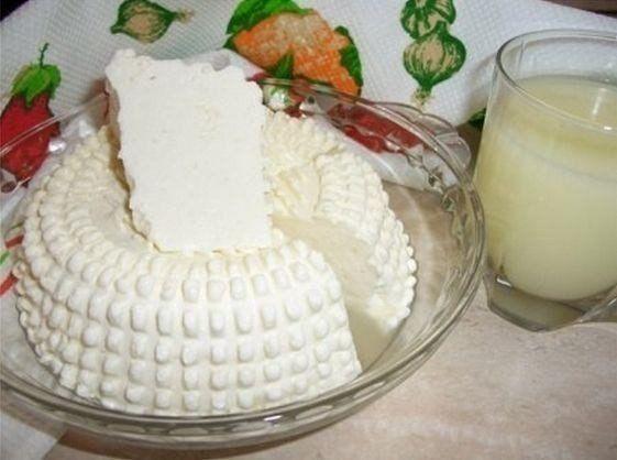 """Замечательный рецепт домашнего сыра. Быстрый и """"без заморочек""""Вкус типа сулугуни или нежной брынзы. Можно делать с укропом, кинзой, грецкими орехами, оливками, паприкой.Ингредиенты:-1 литр молока-1 ст…"""