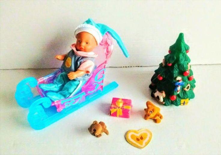 Mini Baby Born mit Thermohose, Shirt, Thermomütze mit Sternchen, Schlitten, Tannebaum, Eichhörnchen, Geschenkpaket, Bärchen und Lebkuchenherz.Alles wie abgebildet.Kann als Warensendung zu 1,90 Euro zugesandt werden.