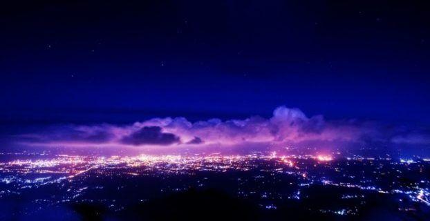 25 Pemandangan Alam Malam Hari Terdapat Sebuah Pohon Besar Yang Tumbuh Di Atas Bukit Kota Terindah Di Dunia Pada Malam Hari Ada Banya Di 2020 Pemandangan Malam Alam
