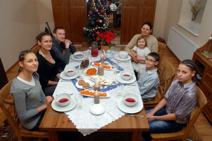 Wigilijne tradycje: Siano pod obrusem, 12 potraw, dodatkowy talerz, opłatek, pierwsza gwiazdka