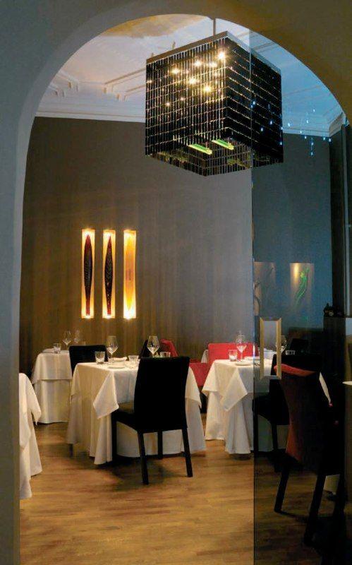 Геометрия света http://www.lustra-market.ru/blog/geometriya-sveta/  В этом ресторане все люстры и настенные светильники имеют чёткие геометрические формы. Это стильно!