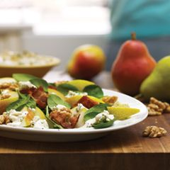 Fresh greens with pear, bacon and a blue cheese dressing make for the perfect side to any weeknight dinner :) #hellmanns