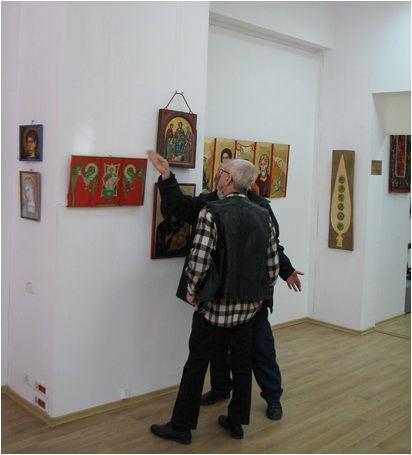 Maestrul Viorel Grimalschi și criticul de artă Corneliu Antim, alături de Tripticul maestrului Grimalschi ; foto:Claudiu Victor Gheorghiu, zugrav, imitator și ucenic al Sf. Ap. Ev. Luca.