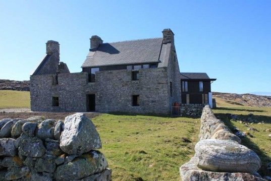 Architecture, dry stone wall, passive heating and cooling, Scotland renovation, Scotland 17th century preservation, dry stone http://inhabitat.com/white-house-scottish-ruins-transformed-into-modern-low-impact-home/