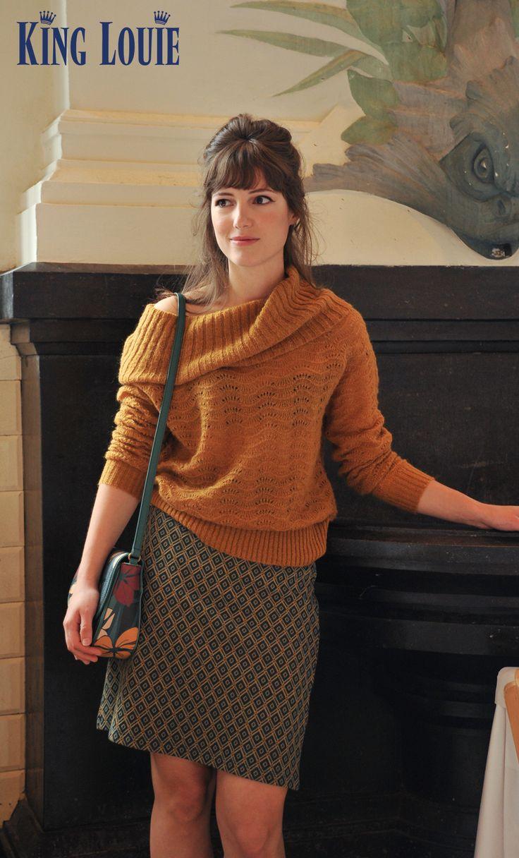 Deze warme trui met golvend, opengewerkt patroon heeft een opvallende kraag die je op meerdere manieren kunt dragen. Voor een formele look combineer je deze trui met een nette broek of strakke rok, voor een casual look met een jeans of geprint item.