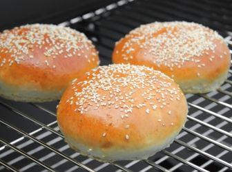 Hamburger zsemle recept: Zseniális házi hamburger zsemle recept! Bármelyik boltit kenterbe veri! ;) A házi hamburgernél nagyon fontos odafigyelni arra, amit általában senki nem ír le - az ilyen apróságokhoz jól jön egy szakember rutinja -, hogy a hamburgerzsemlét formázáskor el kell lapítani. Mert hiszen mire megyünk a szé gömbölyű zsemlével, ha nem elég széles, hogy jól telipakoljuk a hűspogácsával, a zöldségekkel és a szószokkal?! :)