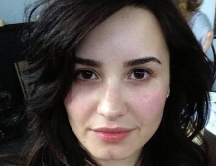 """La zombie es ¡Demi Lovato!  La wambera Vicky fue la primera en adivinar que tras ese maquillaje pálido, las ojeras y el pelo alborotado se escondía Demi.  La foto la colgó el domingo en Twitter con este mensaje: """"  """"Esa vez que me disfracé como un zombie...""""    That one time I dressed up like a zombie...  twitter.com/ddlovato/statu…  — demetria lovato (@ddlovato) 28 de abril de 2013    ¿Qué os parece el maquillaje? ¿Está bien hecho o no?  Fuente: @ddlovato"""