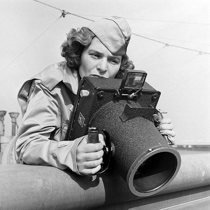 1943. La prima fotografa donna della rivista Life, Margaret Bourke-White con la sua macchina fotografica. Foto di Alfred Eisenstaedt