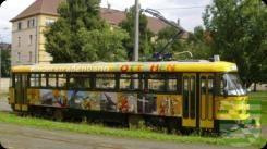 """Seit Donnerstag, 11. Februar 2016, ist die speziell umgebaute Kinder-Sonderstraßenbahn """"Lottchen"""" wieder in Dresden unterwegs. Der Name erinnert an Erich Kästners berühmtes Kinderbuch vom doppelten Lottchen. Nun präsentiert sich der Tatra-Wagen in einem völlig neuen Outfit. Wie bisher übernimmt das Jugendamt der Stadt Dresden die Koordinierung der Einsätze, die Dresdner Verkehrsbetriebe (DVB) kümmern sich um Fahrer und Wartung der Straßenbahn. Bei den Rundfahrten durch Dresden bekommen…"""