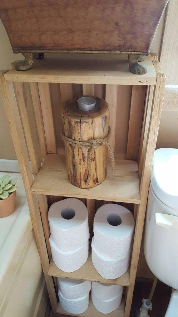 S'adapte à petits espaces. Pourquoi ne pas faire une salle de bain organiser avec ce porte-serviette et le papier toilette, quil aurait l'air mignon assis niché dans un coin sur le sol ou à suspendre horizontale ranger les grandes serviettes sur haut et petites serviettes à l'intérieur avec du papier de toilette d'un côté. Afin qu'ils soient très pratiques de ranger serviettes et papier. Fait de cèdre. 35 12 haut large et profond 12. Si vous avez besoin d'une taille différente, je fais un…