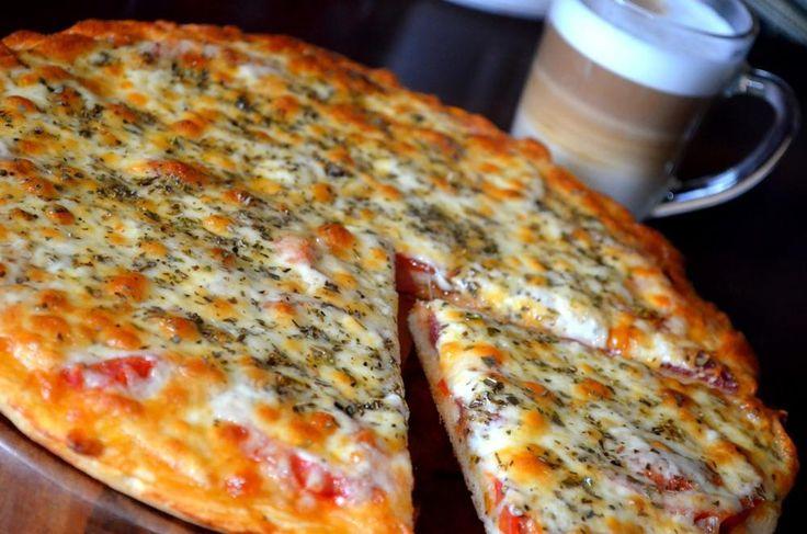 Быстрая пицца.  вода 150 мл дрожжи (сырые) 20 грамм масло оливковое (плюс 1 ст.л. для смазки теста) 3 ст. ложки соль 0,5 ч. ложек сахар 1 ч. ложка мука 250 грамм Сыр моцарелла 300 грамм орегано (сушеный) 1 ст. ложка колбаса (для детской пиццы лучше взять отварное мясо) 150 грамм помидор (крупный) 1 штука томатная паста 2 ст. ложки