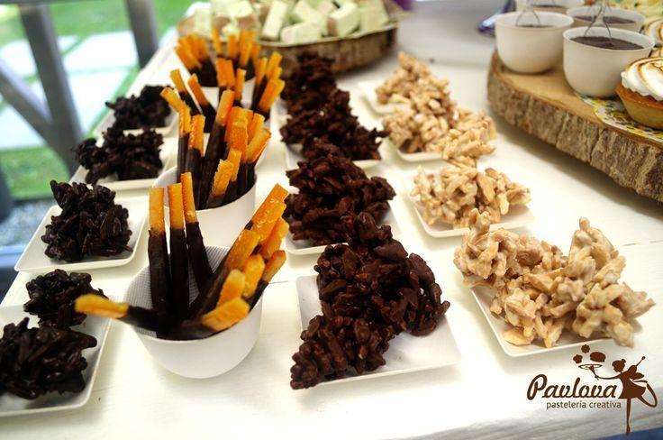 Mesa boda dulce postre fiesta novios tarta rocas suizas tres chocolates palitos naranja chocolate