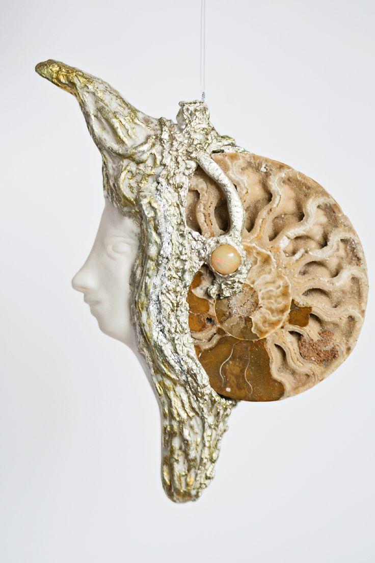 Miniatura rzeźbiarska. Współczesna Kamea. Porcelana i amonit oprawiony w srebrze.