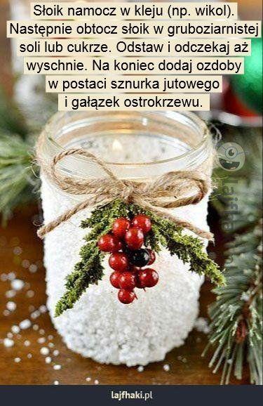 Lampion przypruszony śniegiem - Słoik namocz w kleju (np. wikol). Następnie obtocz słoik w gruboziarnistej soli lub cukrze. Odstaw i odczekaj aż wyschnie. Na koniec dodaj ozdoby w postaci sznurka jutowego i gałązek ostrokrzewu.