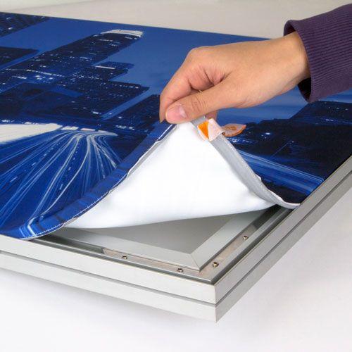 Textiel Frames: Uw ontwerp wordt haarscherp geprint in full color op een speciale peesdoek. Het doek is voorzien van geconfectioneerde siliconen pees en wordt hiermee strakgespannen in de aluminium frame. Het doek is makkelijk te verwisselen.   Ideaal om op te hangen op kantoor, in de winkel of de beursstand. De textielframes zijn gemakkelijk te vervoeren en te monteren.  http://www.expofit.nl/textiel-frames