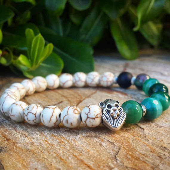 He encontrado este interesante anuncio de Etsy en https://www.etsy.com/es/listing/234509304/sale-mens-lion-bracelet-howlite-green