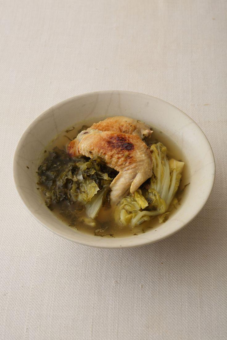 高菜漬けの風味が決め手 酸味の効いたスープで締めはラーメンに  <材料 2人分> 鶏手羽先 4本 白菜 1/6株 高菜漬け 100g 酒 100ml 昆布だし 1ℓ 米酢 大さじ2 しょう